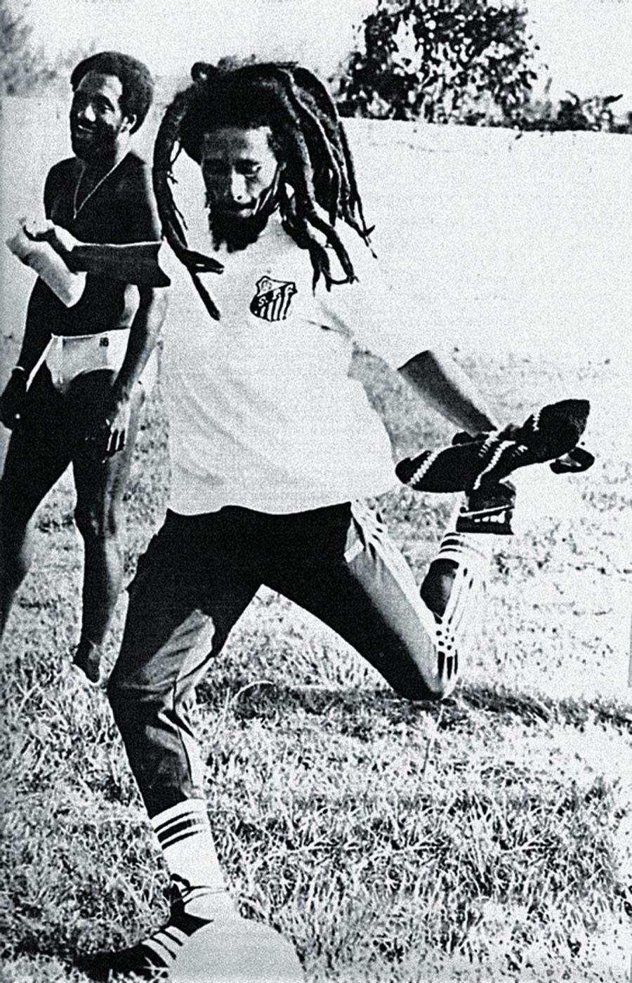 Bob Marley com a camiseta do Santos e um maluco inclassificável ao fundo