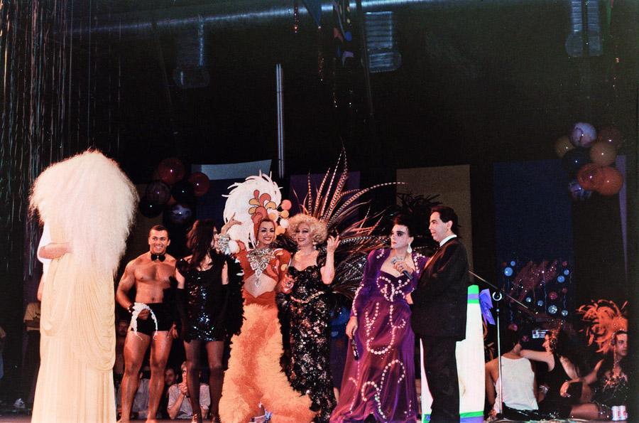 iss Biá (com penas de faisão) e Andréia (de roxo) num baile pré-carnavalesco