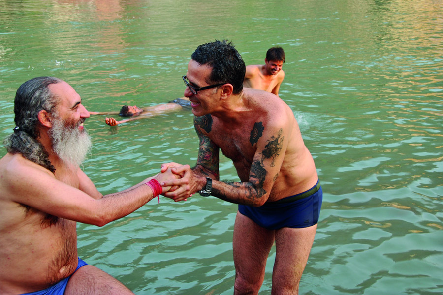 Arthur reverencia Prem Baba no Ganges, em Rishikesh