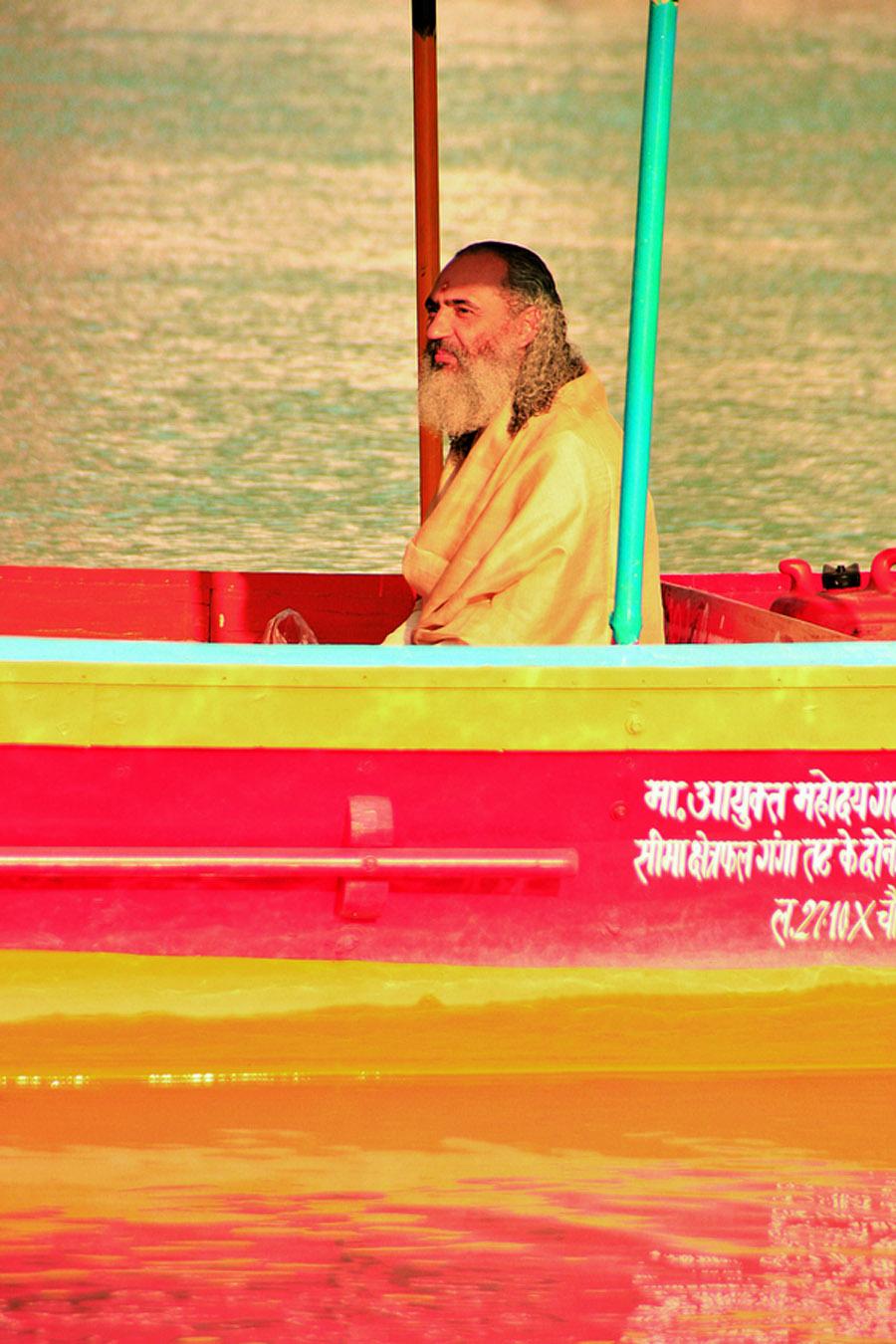 O guru abençoa um barco a pedido de um de seus devotos