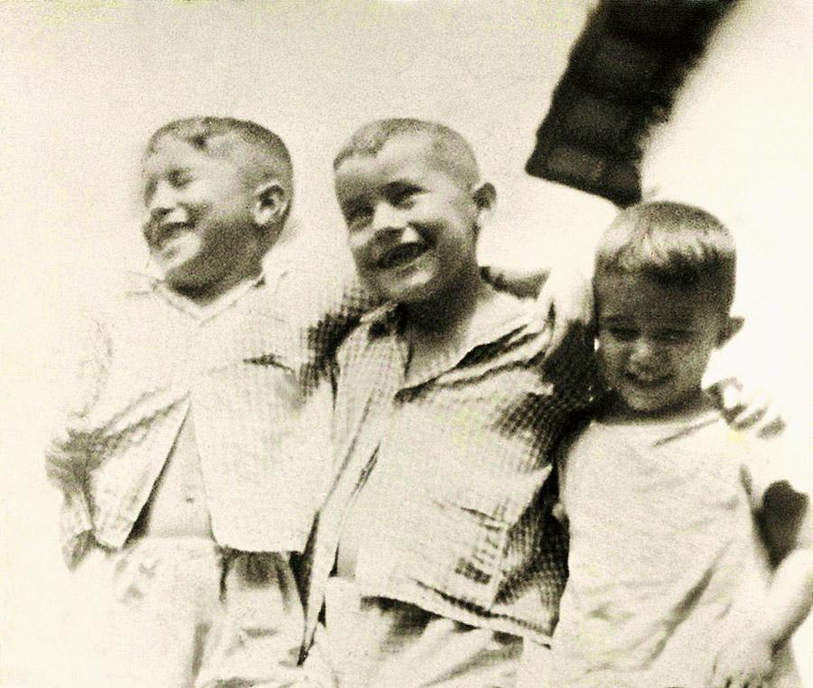 Augusto entre os irmãos Assef e Salomão, com 6 anos, em Colina (SP)