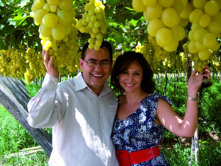 Augusto Cury e a mulher visitam uma vinícola de Petrolina (PE)