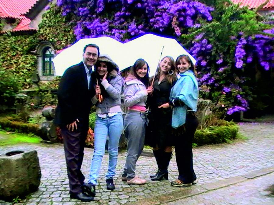Acima, em dois momentos com a mulher Suleima e as três filhas