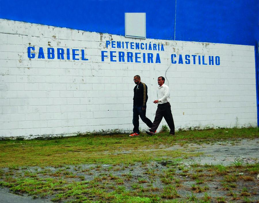 Rogério e o líder do AfroReggae, José Júnior, chegando para a labuta, no presídio Gabriel Ferreira Castilho, mais conhecido como Bangu 3