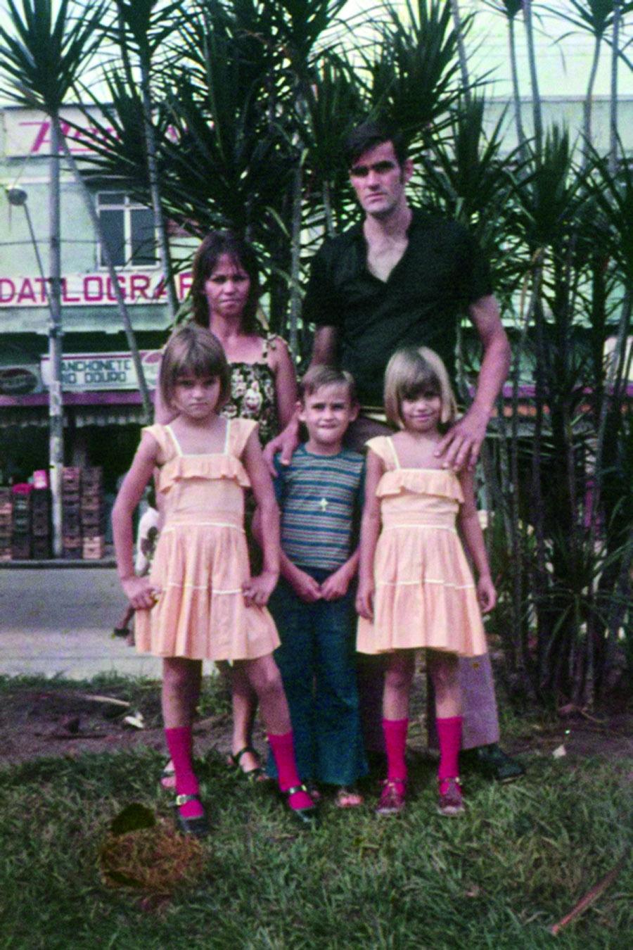 O pequenino Rogério, no centro, com seus pais e suas duas irmãs na infância feliz na baixada fluminense