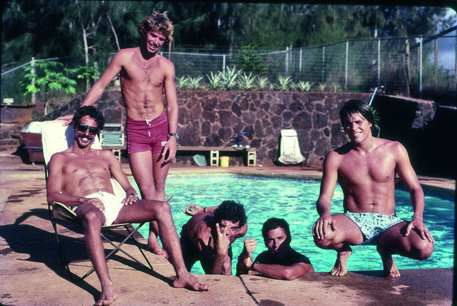 Dream Team no North Shore, 1981: Rico de Souza, Picuruta, Renan Pitanguy, Bocão e Otávio Pacheco na casa do fotógrafo Paul Gordinho Cohen