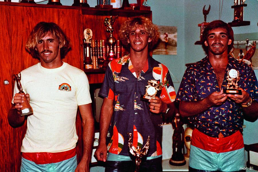 Os três irmãos ostentam os troféus e o visual do começo dos anos 80