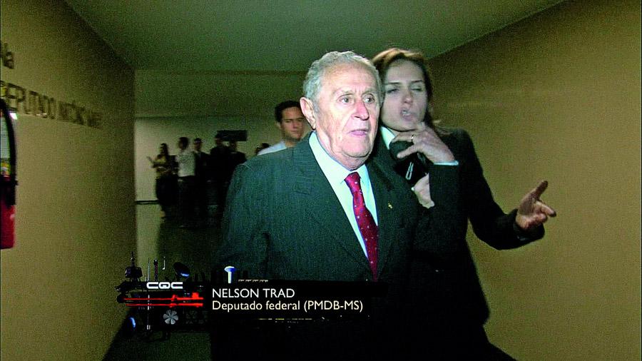 Monica com o deputado Nelson Trad, que agrediu a equipe do CQC