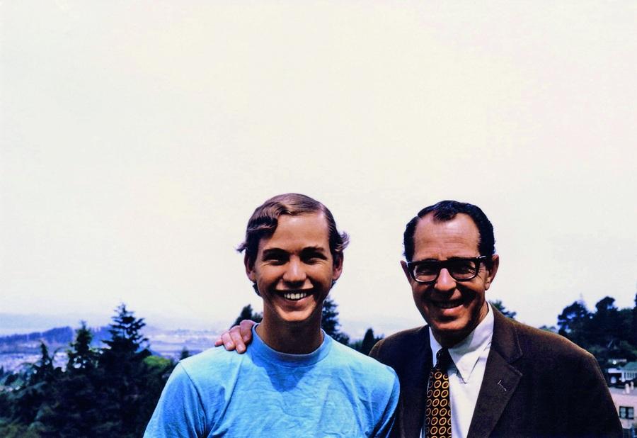 Com o pai Irv, antes de renegar a fortuna familiar