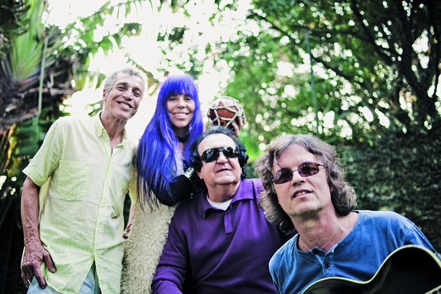 Galvão, Baby, Paulinho e Dadi de volta ao sítio de Vargem Pequena onde viveram em comunidade