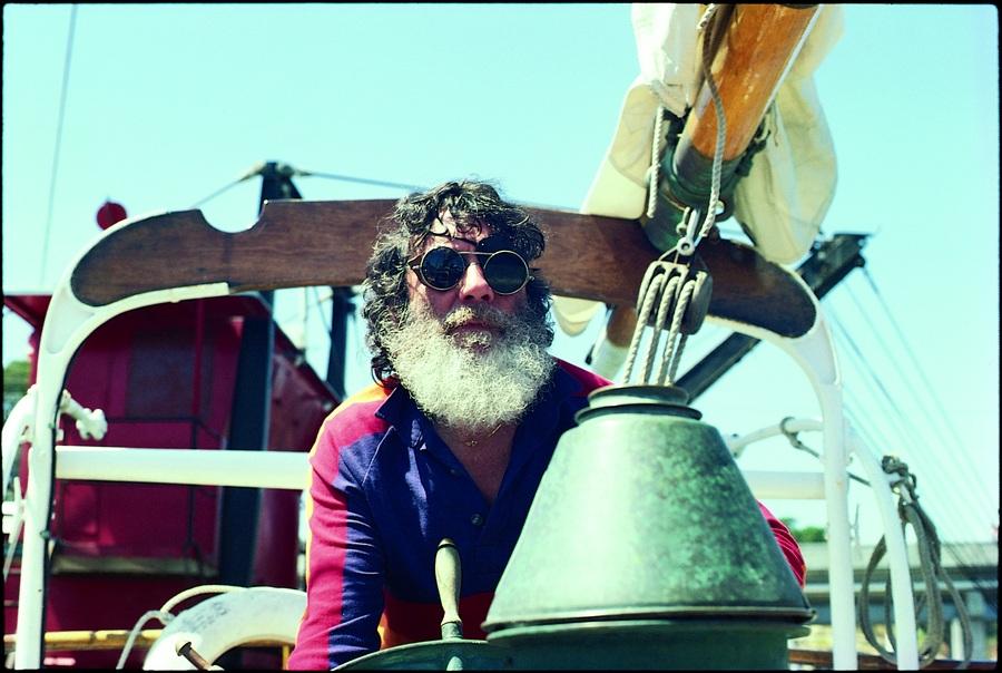 Navegando um de seus barcos