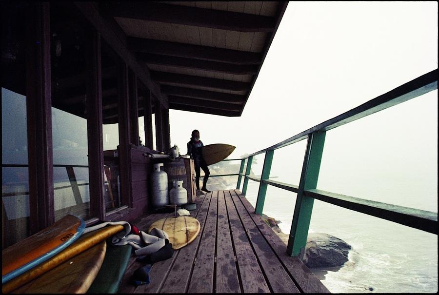 Chegando do surf em sua casa em Pleasure Point, nos anos 80