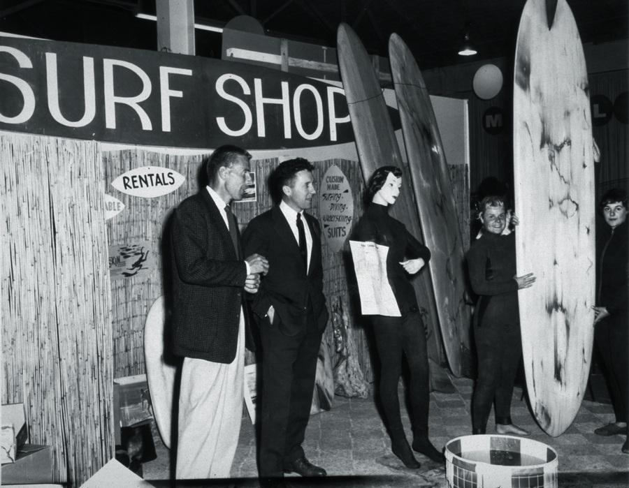 de terno e gravata (ao centro) nos anos 60, transformando o surf em indústria bilionaria