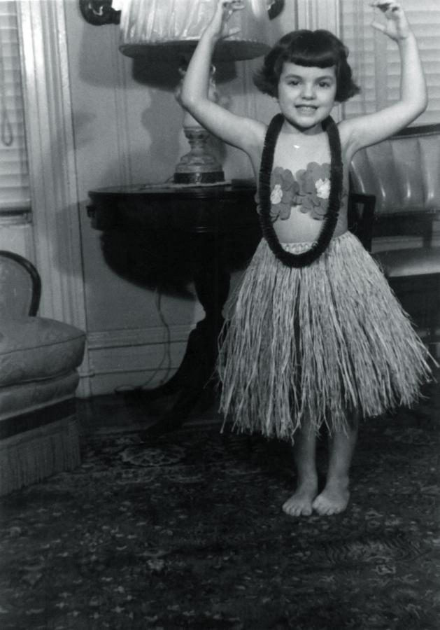 Aos 5 anos, com fantasia de havaiana dada de presente pelo tio da marinha