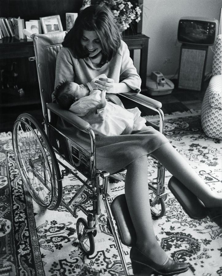 Depois de dois meses internada por complicações no parto, Susan segura Chrissie pela primeira vez