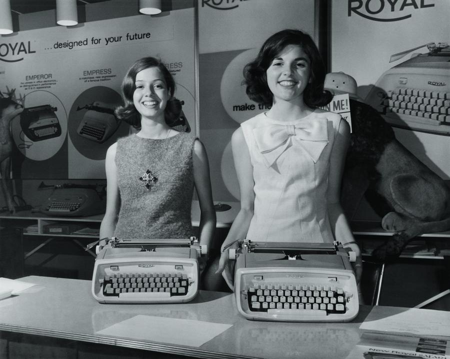 Susan (à esq.) exibe toda prosa a máquina de escrever que ganhou em um concurso de redação, quando tinha 14 anos