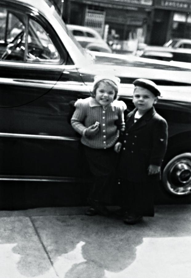 Susan aos 3 anos com o vizinho, com quem costumava brincar de amarelinha