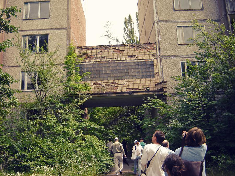 Turistas espiam as ruínas de Pripyat