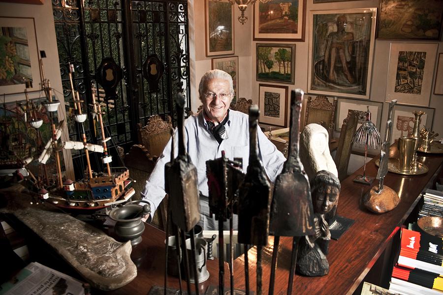 Bussab e parte de sua coleção na sala de casa