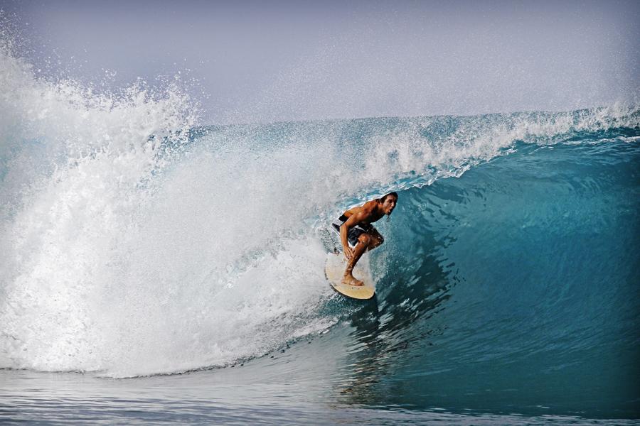 Capitão Lee desliza nas ondas perfeitas da Indonésia