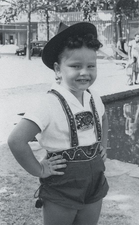 Vestida de tirolesa aos 5 anos de idade