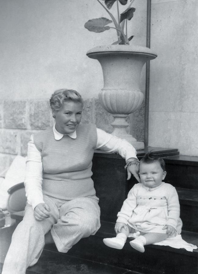 Com a mãe, Conceição, aos dez meses de idade