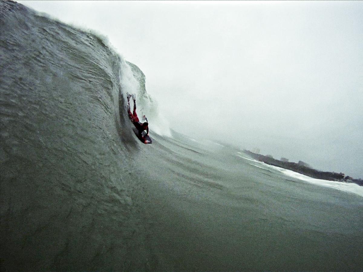 A onda formada pelo recife artificial localizado a 250 m da praia
