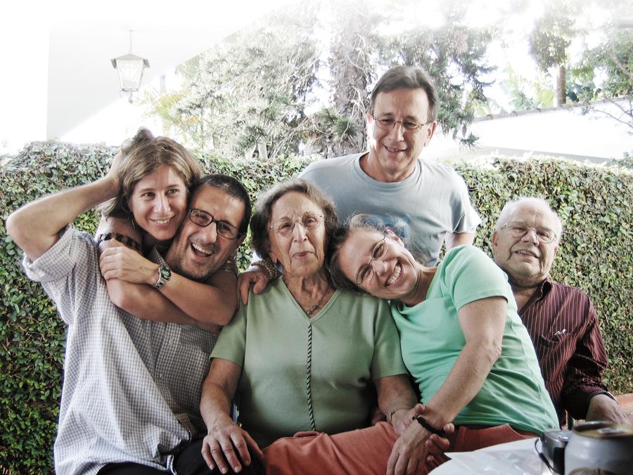 Com a família, em 2005: Marília, Laerte, a mamãe D. Lila, os irmãos Mauro e Lena e o pai, seu Moacyr
