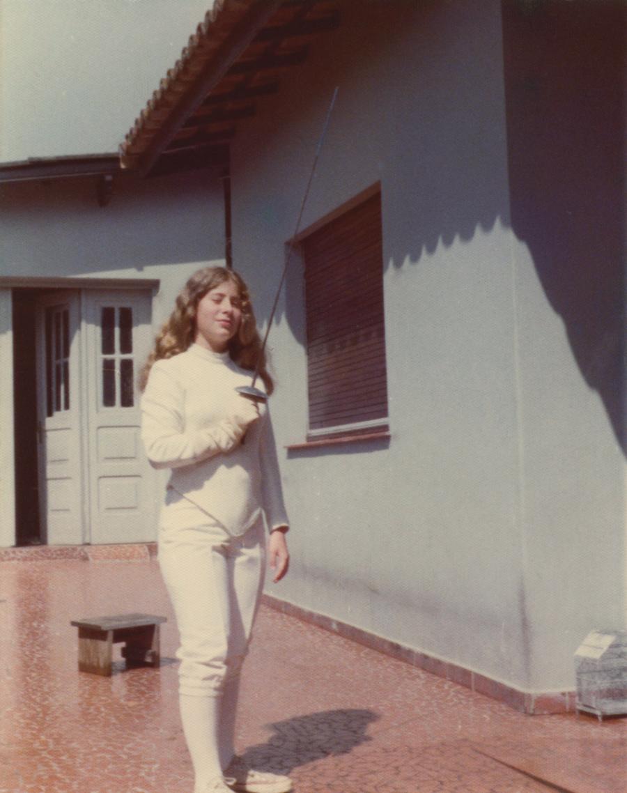 Pronta para o combate em seus tempos de campeã de esgrima, nos anos 70