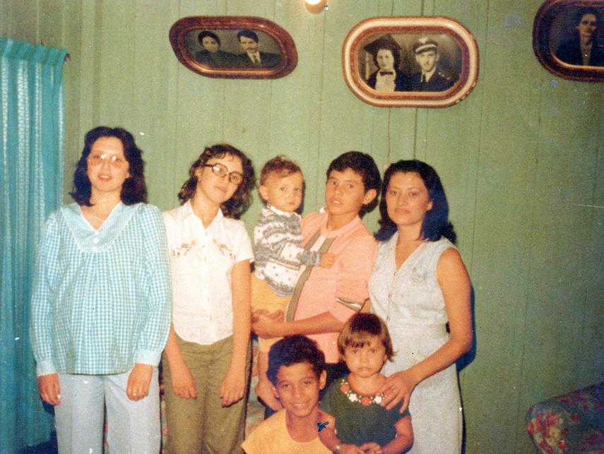 Momentos da infância em Maringá: no colo de um irmão, rodeado por familiares (sua mãe está à dir.)