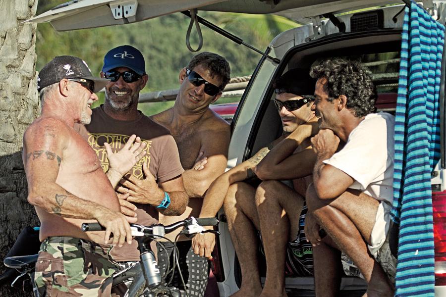 Fast Eddie com Kala e um grupo de surfistas brasileiros (seu ex-inimigo Picuruta Salazar  é o segundo da esq. para a dir.)
