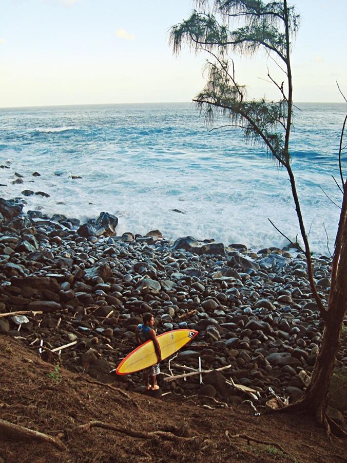 """Danilo chega para surfar em Jaws pelas pedras, """"para sintonizar melhor com a natureza"""". À dir., o surfista de 36 anos, """"no auge da minha forma"""""""