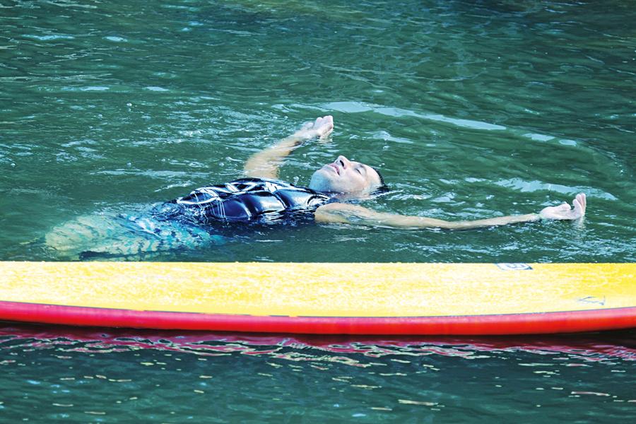 Danilo entra em êxtase depois de pegar uma esquerda histórica em Jaws. Acima, dando seus primeiros passos no surf na praia do Barravento, em Salvador