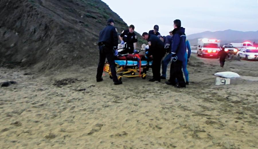 Equipe de resgate tenta reanimar Sion Milosky sem sucesso depois de uma vaca fatal em Mavericks.
