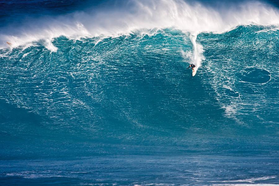 Danilo surfa uma esquerda em Jaws que despertou o apetite dos maiores big riders pela remada na pico de Maui.