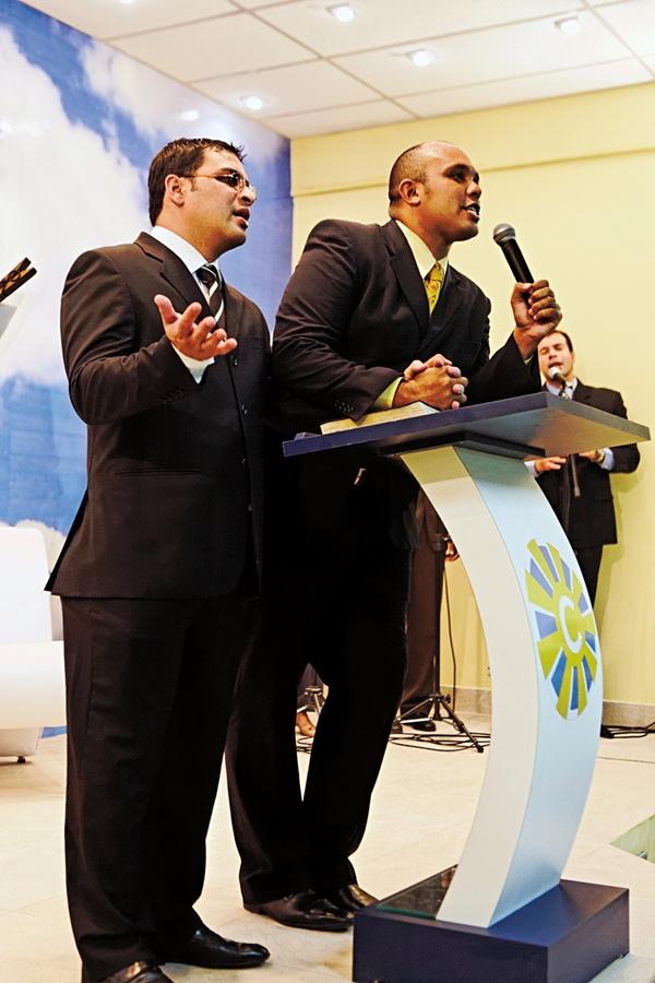 Marcos e Fabio lideram o culto inaugural da nova igreja