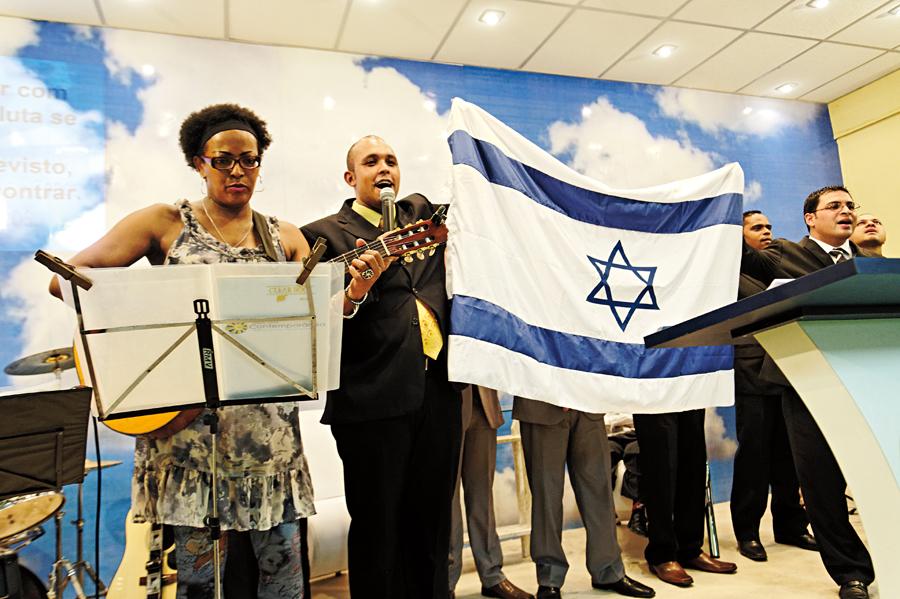 Coro, choro, palmas, catarse e uma bandeira de Israel (?) hasteada em meio ao refrão