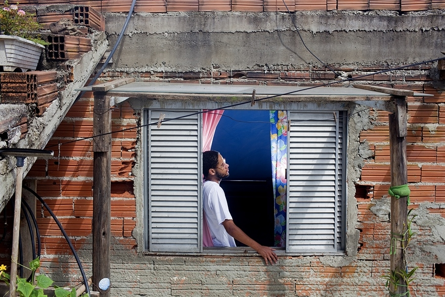Emicida na casa de sua mãe, na Vila Cachoeira, periferia de São Paulo