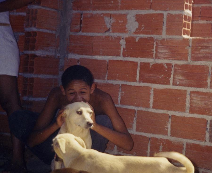 Com as cadelas Baleia e Dona, filhas da famosa Afrodite