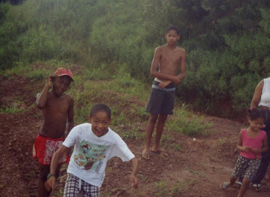 O garoto Leandro (de bermuda azul-escura) e seus primos