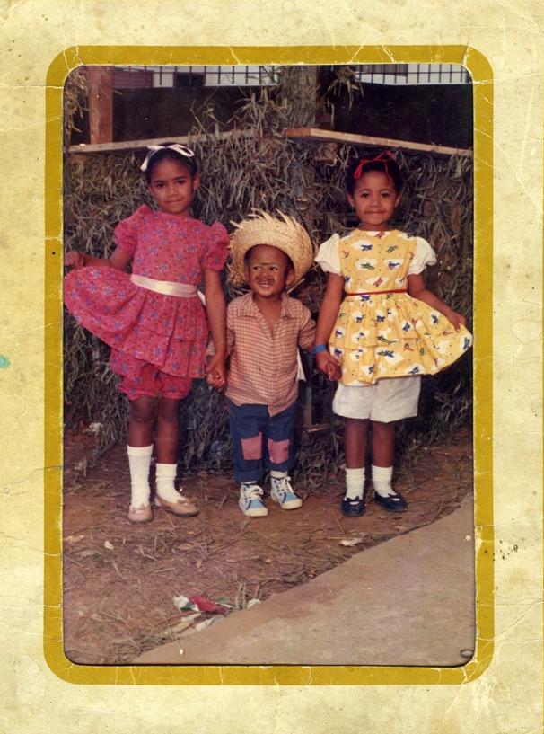 Leandro em festa junina com as irmãs, Kátia e Katiane
