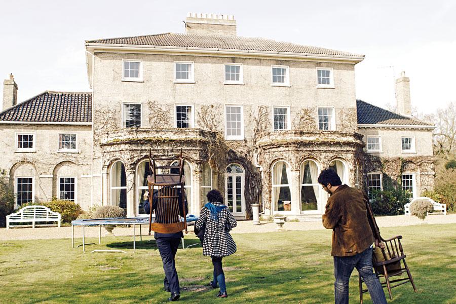 A fotógrafa Eliza, Natalia Viana e nosso repórter voltam para Ellingham Hall depois da entrevista no jardim.