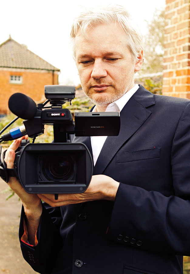 Assange experimentando o outro lado da câmera