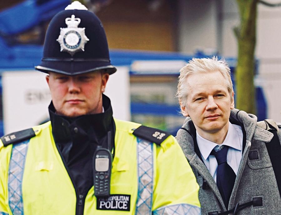 Assange deixa uma audiência em Londres, do caso de extradição para a Suécia, em janeiro passado
