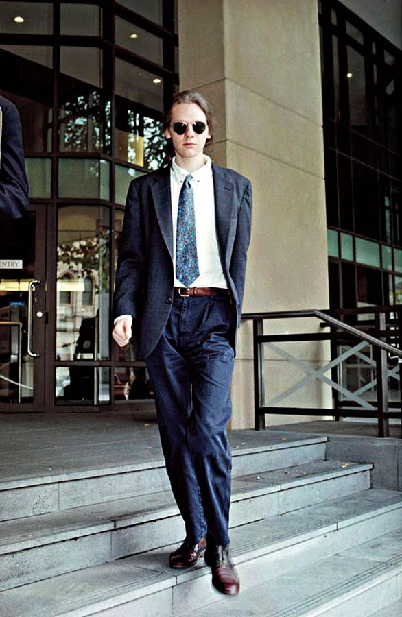Assange sai da corte de Melbourne (Austrália) em 1996, após se declarar culpado por hacking