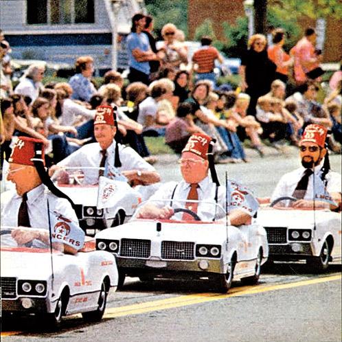14. Os desentendimentos que pontuaram o fim dos Dead Kennedys começaram com um processo por obscenidade por conta de um pôster inserido no disco Frankenchrist, de 1985
