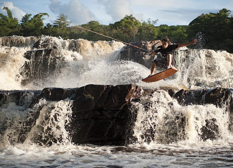 O voo no Cipó: André Wanderley dropa a queda d'água de wakeskate
