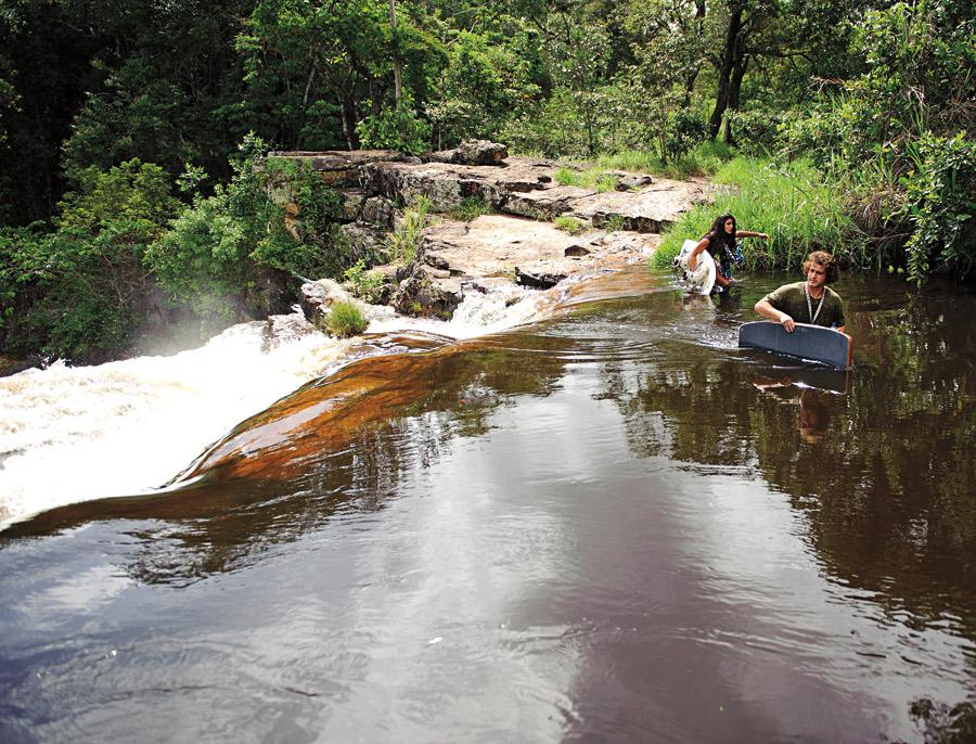 A dupla cruza a corrente de água que leva direto para o penhasco
