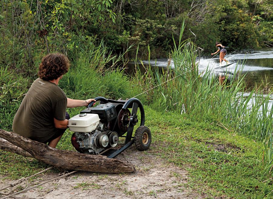 André puxa Teca Lobato com o motor que chega a pesar 50 kg