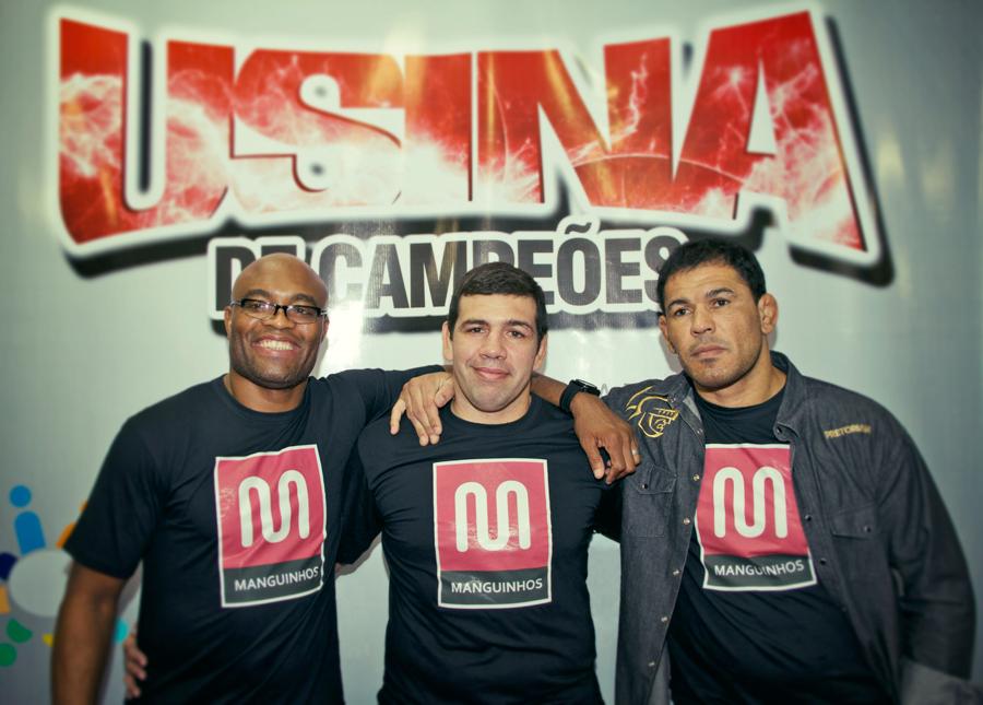 Anderson Silva, Pedro Rizzo e Minotauro no projeto social com o qual colabora na comunidade carioca de Manguinhos